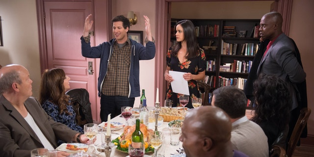 """Danksegging"" Episode 110 -- Op die foto: (l-r) Dirk Blocker as Hitchcock, Chelsea Peretti as Gina Linetti, Andy Samberg as Jake Peralta, Melissa Fumero as Amy Santiago, Terry Crews as Terry Jeffords, Andre Braugher as Capt. Ray Holt."