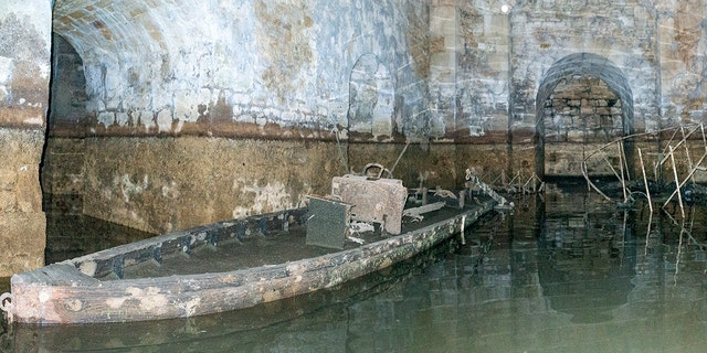 Sunken boats were revealed as the waters drained away. (©Blenheim Palace)