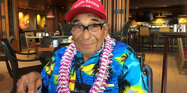 In this Monday, Des. 5, 2016 foto, Ray Chavez, a Pearl Harbor survivor from Poway, Kalifornië, pauses while eating breakfast in Honolulu. (AP Photo/Audrey McAvoy)
