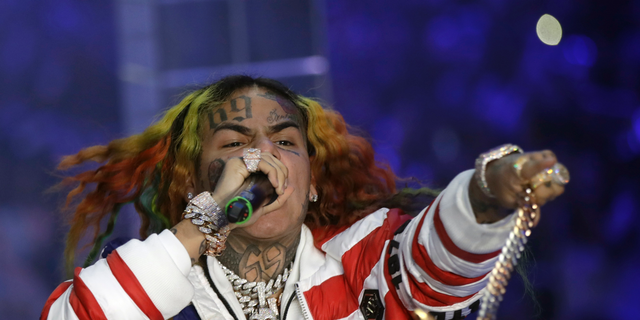 New reports indicate that rapper Tekashi 6ix9ine may be cooperating with federal investigators.