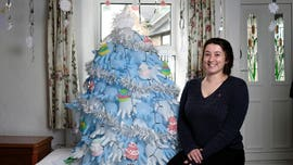 Mom makes Christmas 'tree' out of surgical gloves: 'I got a bit behind on bills'