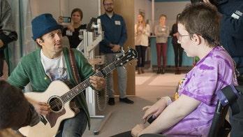 Jason Mraz sings to patients at St. Louis Children's Hospital