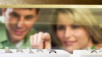 Man proposes with 6 rings to let fiancée decide which she likes