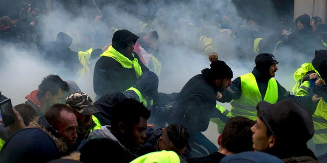 """Protesters threw back the tear gas and the police, only to escalate the clashes and pushback throw the authorities.<br data-cke-eol=""""1"""">"""