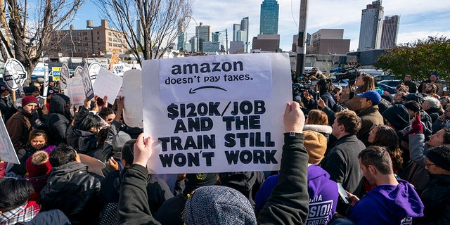 """Protesters gather in Long Island City to say """"No"""" to the Amazon """"HQ2"""" decision on November 14, 2018 in Long Island City, New York. (Photo by Don EMMERT / AFP)"""