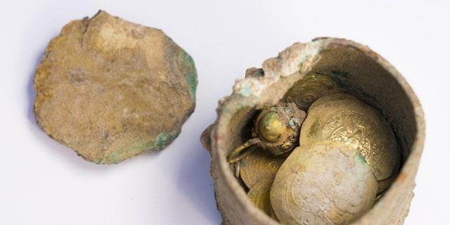 The bronze pot with gold earring inside. (Photo: Yaniv Berman, courtesy of the Caesarea Development Corporation)