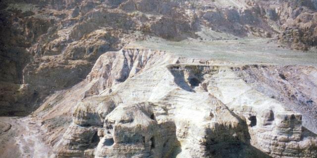 Las cuevas en Qumran en el borde occidental del Mar Muerto, donde se descubrieron los rollos del Mar Muerto. Fecha 1950.