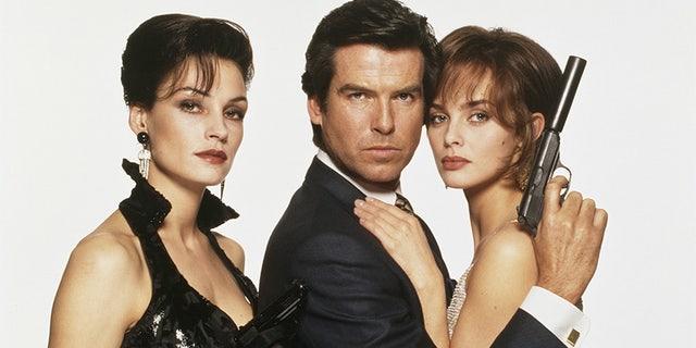 Irish actor Pierce Brosnan as James Bond, with his 'GoldenEye' co-stars Famke Janssen (left) and Izabella Scorupco, circa 1995.