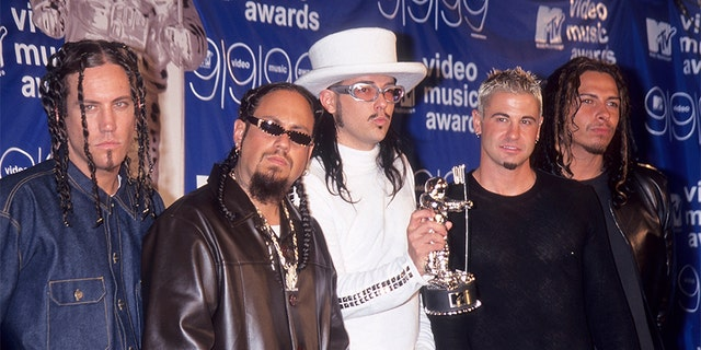 Rock group Korn attends the 16th Annual MTV Video Music Awards on September 9, 1999 at the Metropolitan Opera House, Lincoln Center in New York City.