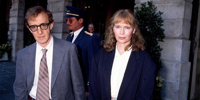 Woody Allen et Mia Farrow in Paris, circa 1980. (Photo by STILLS/Gamma-Rapho via Getty Images)