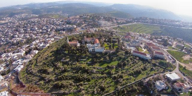 La colline à la périphérie d'Abou Ghosh.  (Les fouilles de la famille Kiriath-Jearim Shmunis)