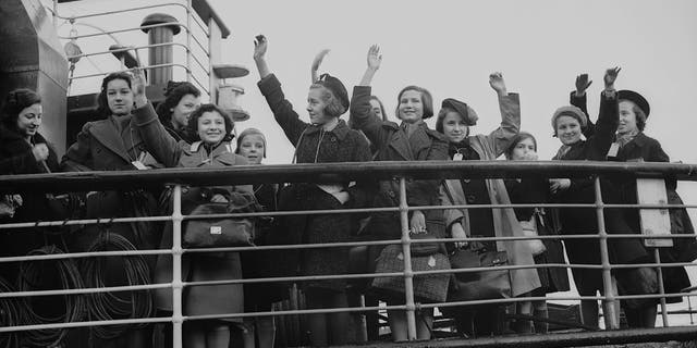 Some of the 5,000 Jewish and non-Aryan German child refugees, the 'Kindertransport', arriving in England at Harwich from Germany. (Photo by Fred Morley/Fox Photos/Getty Images)