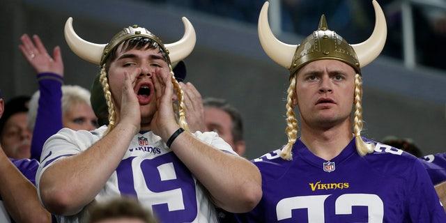明尼苏达维京队的球迷在明尼阿波利斯的明天,即2018年12月30日举行的NFL橄榄球比赛的下半场对阵芝加哥熊队的比赛中观看比赛。 (美联社照片/ Bruce Kluckhohn)