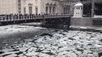 Polar vortex causes Chicago River to 'smoke,' freeze as subzero temperatures hit
