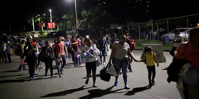 Hondurans take part in a new caravan of migrants, set to head to the United States, as they leave San Pedro Sula, Honduras January 14, 2019. REUTERS/Jorge Cabrera - RC1E08C0C6A0