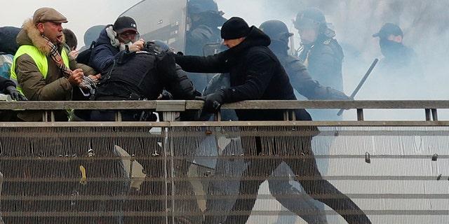 El ex campeón de boxeo francés, Christophe Dettinger es visto durante los enfrentamientos con los Gendarmes franceses como parte de una demostración del
