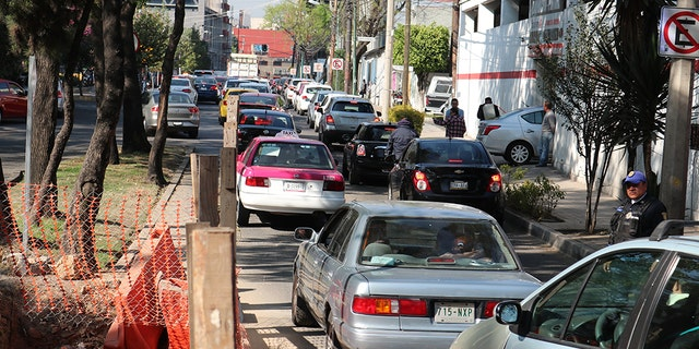 Cars line up waiting for fuel in Mexico City