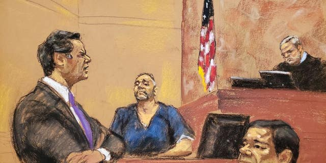 """Jeffrey Lichtman, left, cross-examining Alex Cifuentes on Wednesday. """"El Chapo"""" in the foreground."""