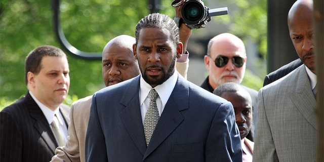 R&B singer R. Kelly (L) arrives at the Cook County courthouse where jury selection is scheduled to begin for his child pornography trial May 9, 2008 in Chicago, Illinois. Kelly has been accused of videotaping himself having sex with a girl believed to be as young as 13 years old. Kelly faces up to 15 years in prison if convicted.
