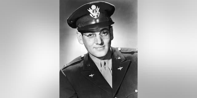 Circa 1942: American musician and bandleader Glenn Miller (1904 - 1944) in a U.S. Air Force uniform.