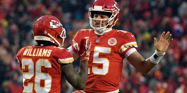 Kansas City Chiefs quarterback Patrick Mahomes (15) celebrates a touchdown with running back Damien Williams (26) during the first half of an NFL divisional football playoff game against the Indianapolis Colts in Kansas City, Mo., Sabato, Jan. 12, 2019. (AP Photo/Ed Zurga)