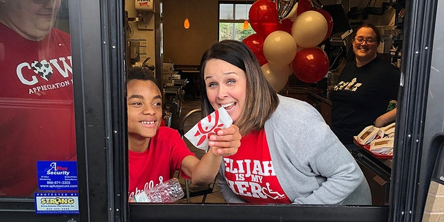 A Chick-fil-A in Alabama opened its doors Sunday for a little boy celebrating his birthday.<br>