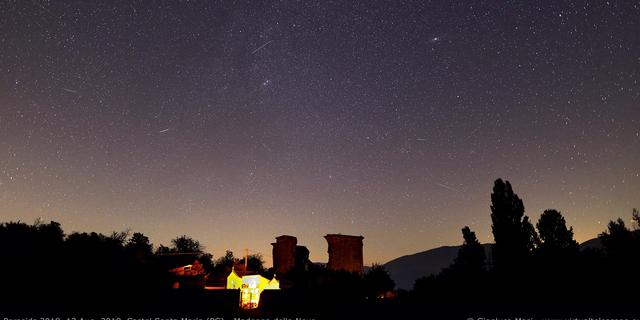 در این عکس توسط جیانلوکا ماسی اخترفیزیکدان از پروژه تلسکوپ مجازی که در زمان اوج در 12 تا 13 آگوست 2018 گرفته شده است ، چندین شهاب سنگ فرشید به آسمان بر فراز كاستل سانتا ماریا ایتالیایی می شتابند.