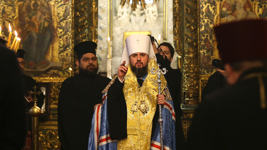 Independence decree presented to Ukrainian Orthodox bishop