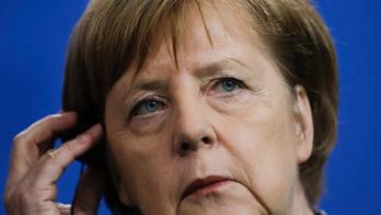 Germany's Merkel offers Juncker solidarity in Hungary spat