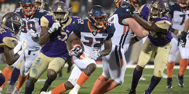 Orlando Apollos is run by Ernest Johnson (22) accustomed to the courtyard before the Atlanta Legends on the back of Desmond Lawrence's defense, on the left, online defense line J.T. Jones, brand and brand Brandon Watts (58) during the first half of the American Football League match on Saturday, February 9, 2019, in Orlando, Fla. (Associated Press)