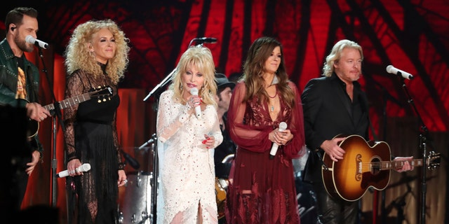 "Dolly Parton, center, Jimi Westbrook, from left, Kimberly Schlapman, Karen Fairchild, and Philip Sweet, of Little Big Town, perform ""Red Shoes"" at the 61st annual Grammy Awards on Sunday, Feb. 10, 2019, in Los Angeles."