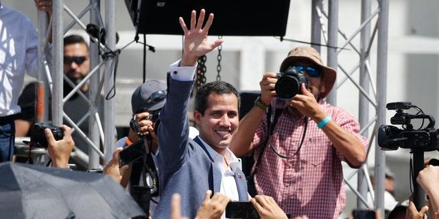 Venezuela se selfverklaarde tussentydse president Juan Guaido lei tans 'n karavaan van Caracas na Cucuta met duisende vrywilligers om noodvoorrade van voedsel en medisyne te bekom.