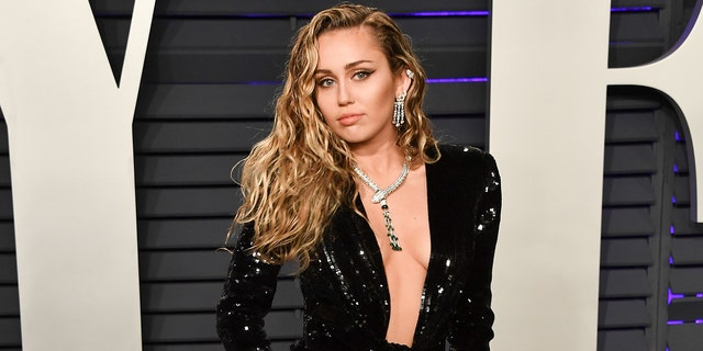 """Miley Cyrus gave an emotional tribute to a late """"Voice"""" contestant."""
