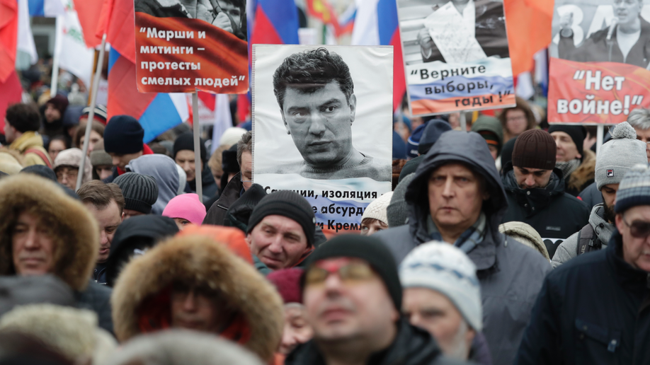 Thousands march to honour slain Russian opposition leader
