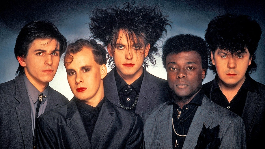 UNITED KINGDOM - JANUARY 01: Photo of Phil THORNALLEY and CURE and Lol TOLHURST and Andy ANDERSON and Robert SMITH and Porl THOMPSON; L-R: Phil Thornalley, Porl Thompson, Robert Smith, Andy Anderson, Lol Tolhurst - posed, studio, group shot (Photo by Fin Costello/Redferns)
