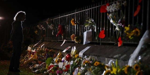 Les personnes en deuil rendent hommage à un mémorial improvisé situé près de la mosquée Masjid Al Noor. mosquée de Christchurch, Nouvelle-Zélande, samedi 16 mars 2019. Les habitants frappés de Nouvelle-Zélande ont contacté les musulmans de leur quartier et du pays samedi, dans une détermination farouche à faire preuve de gentillesse envers une communauté endeuillée depuis 28 ans. Le vieux suprémaciste blanc se tenait silencieux devant un juge, accusé dXCHARXavoir tiré deux balles en masse dans deux mosquées ayant laissé des dizaines de morts.