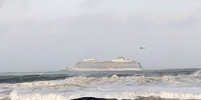 Responders reportedly arrived withboth helicopters and boats in their effort to unload anyone onboard.
