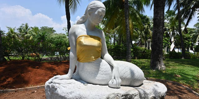 Guests, and even the original sculptor,are questioning Ancol Dreamland's decision to place bronze wraps around the statues' breasts.