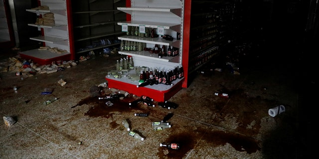 Damage is seen in a supermarket after it was looted during an ongoing blackout in Caracas, Venezuela March 10, 2019. REUTERS/Carlos Garcia Rawlins - RC194BE494F0