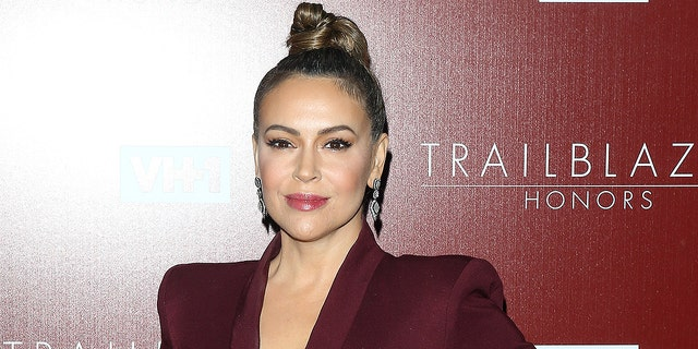 Alyssa Milano incorrectly speculated that federal agents were responsible for a viral arrest in New York City this week.