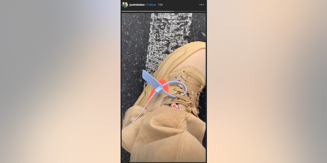 Justin Bieber said a cop mistook a zip tie design on his sneaker for a security tag.