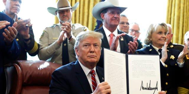 Le président Donald Trump parle de la sécurité des frontières dans le bureau ovale de la Maison-Blanche, le vendredi 15 mars 2019 à Washington. Trump a émis le premier veto de sa présidence, écartant le Congrès de protéger sa déclaration dXCHARXurgence relative au financement du mur des frontières. (AP Photo / Evan Vucci)