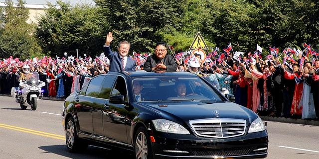 FILE PHOTO: South Korean President Moon Jae-in and North Korean leader Kim Jong Un wave during a car parade in Pyongyang, North Korea, September 18, 2018. Pyeongyang Press Corps/Pool via REUTERS/File Photo - RC1E579359C0