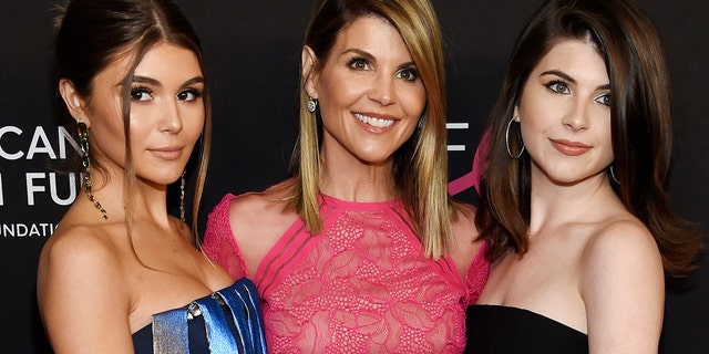 """Actress Lori Loughlin, center, stands with daughters Olivia Jade Giannulli, left and Isabella Rose Giannulli at 2019 """"An unforgettable evening"""" on February 28, 2019 in Beverly Hills, California"""