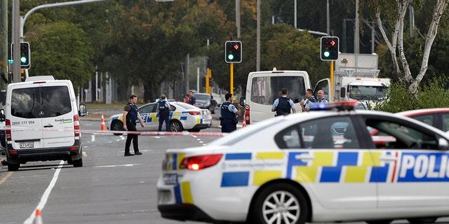 המשטרה חסמה את הכביש סמוך לירי במועד מאוחר יותר. מסגד בלינווד, כרייסטצ'רץ ', ניו זילנד, יום שישי, בו נהרגו שבעה בני אדם.
