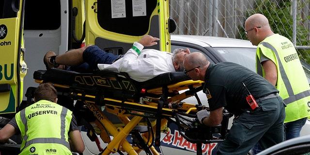 אנשי אמבולנס מסייעים לגבר בעקבות הפיגועים בכרייסטצ'רץ ', ניו זילנד, ביום שישי.