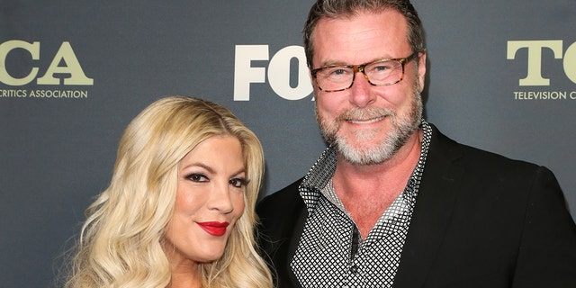 LOS ANGELES, CALIFORNIA - FEBRUARY 06: TV Personalities Tori Spelling (L) and Dean McDermott (R) attend the 2019 FOX Winter TCA Tour at The Fig House on February 06, 2019 in Los Angeles, California.