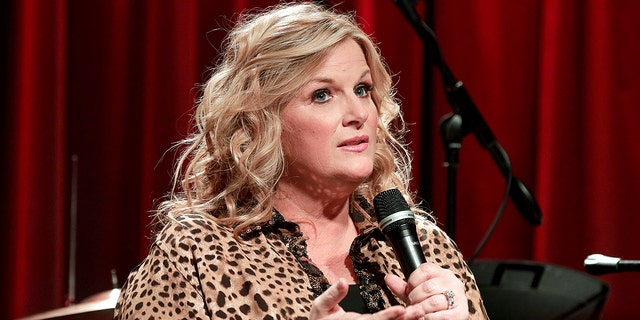 Trisha Yearwood commended her husband, 가스 브룩스, for always 'thinking about other people.' The couple celebrated their 15th wedding anniversary this past December 10th.