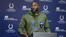 Indianapolis Colts' Darius Leonard helps change woman's tire on side of road
