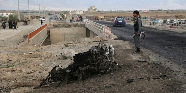 Une force de sécurité afghane monte la garde sur le site un jour après un attentat-suicide près de la base aérienne de Bagram, au nord de Kaboul (Afghanistan), mardi 9 avril 2019. Trois membres des forces américaines et un sous-traitant américain ont été tués lorsque leur convoi a touché une bombe placée au bord de la route lundi près de la principale base américaine en Afghanistan, ont annoncé les forces américaines. Les talibans ont revendiqué la responsabilité de l'attaque. (AP Photo / Rahmat Gul)